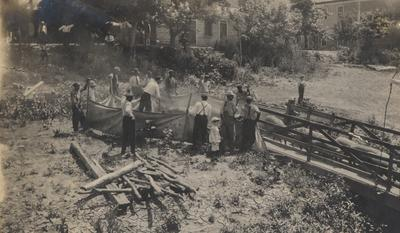 Loading pigs onto Ohio River steamboat