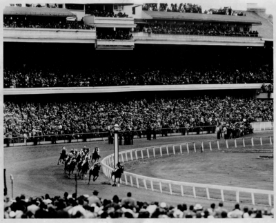 Horses rounding a turn in the Kentucky Derby