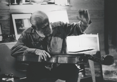 John Jacob Niles playing the dulcimer; Boot Hill Farm; Kerby Smith