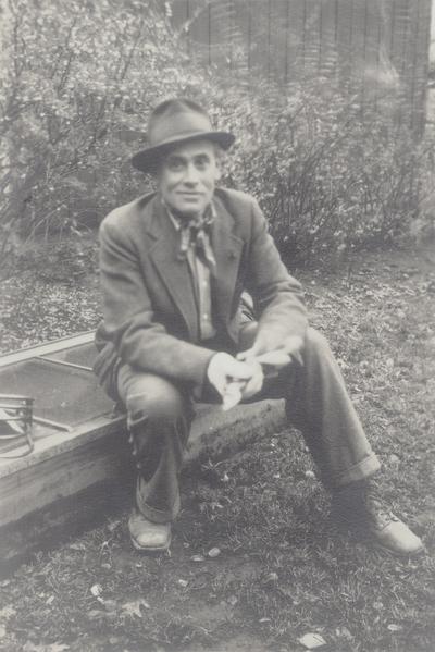 John Jacob Niles outdoors at Boot Hill Farm