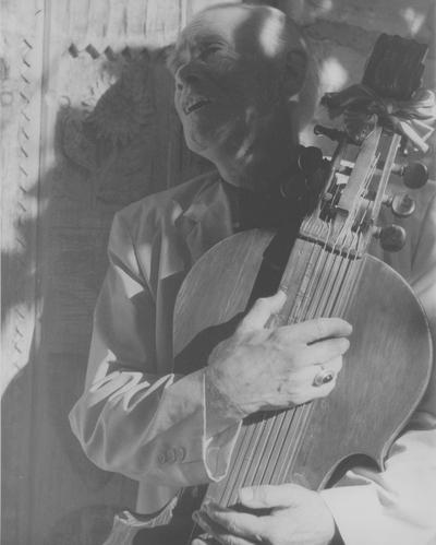 John Jacob Niles posed with dulcimer; Boot Hill Farm; John Bell, New York