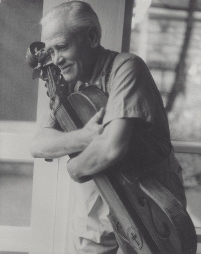 John Jacob Niles posed with dulcimer; Boot Hill Farm; John Bell, New York