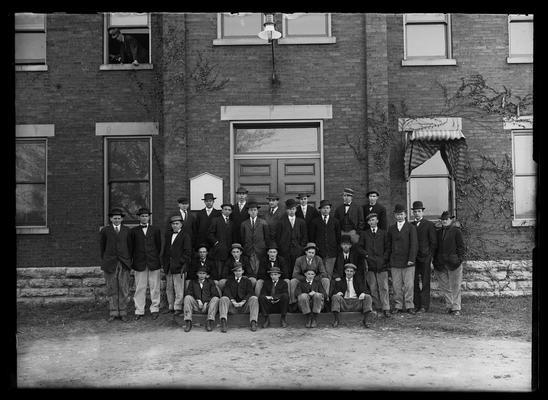 Mechanical Engineering senior class 1909, hats on