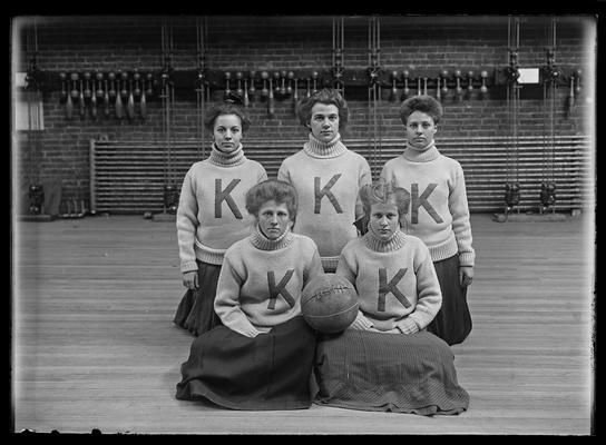 Girls basketball team session 1908-1909
