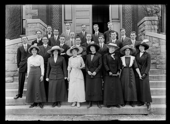 Group, steps of Miller Hall, seven women in hats, 17 men