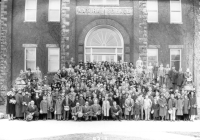 4-H Students and teachers from Kentucky rural schools during Rural School Week in front of Natural Science building, Miller Hall, University of Kentucky
