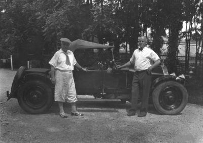 Anderson, F. Paul (Dean of Mechanical Engineering, 1892 - 1918; Dean of Engineering, 1918 - 1934) right, and unidentified man examining a car