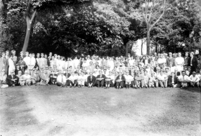 Large group photograph, Maxwell Place, freshmen?, McVey on left