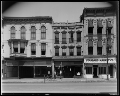 Mrs. George D. Kelley ; Veach & Prewitt, 337 West Main;                             Standard Market ; Rich-Lee Beauty School, 343 West Main; front exterior                             of buildings